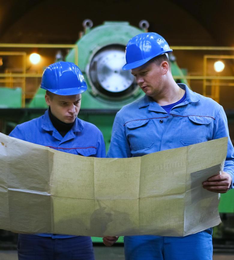Mitarbeiter schauen auf Plan